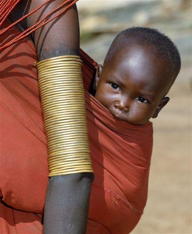 bebé africano porteado por su madre